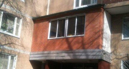 Москвич незаконно обустроил лоджию на козырьке подъезда жило.